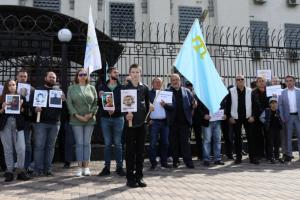 У Києві під посольством Росії пройшла акція на підтримку затриманих кримських татар