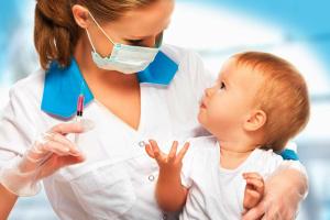 Первые прививки спасают жизни младенцев