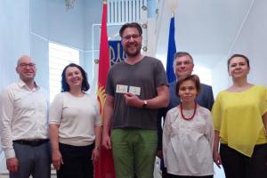У Киргизстані вручили посвідчення закордонного українця оперному співакові