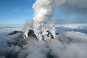 Из-за извержения вулкана в Японии повысили уровень опасности