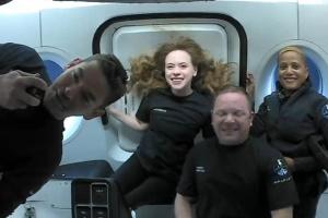 Маск про перший туристичний космічний політ: Екіпаж почувається добре