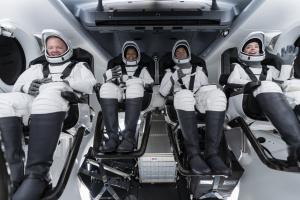 Впервые: космический экипаж - без профессиональных астронавтов
