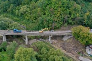 На Прикарпатті ремонтують міст через річку Любіжня - фото