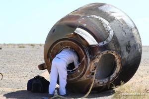 Китайський корабель із трьома космонавтами успішно повернувся на Землю