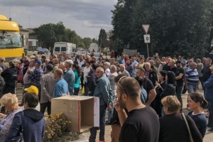 На Миколаївщині люди перекрили трасу Одеса - Новий Буг і вимагають ремонту доріг