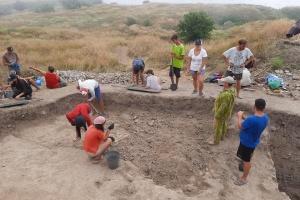 Археологи раскопали в Ольвии мраморный карниз времен Римской империи и ритуальное захоронение