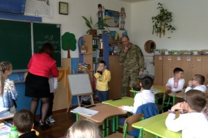 Повернувшись з фронту, військовий влаштував синові сюрприз у школі