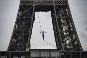На висоті 70 метрів: француз пройшовся по канату між Ейфелевою вежею і театром Шайо