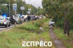 В Киеве автомобиль слетел в кювет и насмерть сбил пешехода
