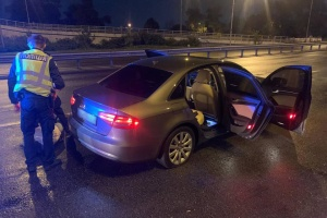 Снес шлагбаум и стрелял: На Киевщине пьяный водитель убегал от полицейских