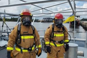Українські моряки в США тренувались гасити пожежу на катері Island