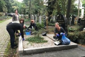 У Празі здійснили прибирання поховань видатних українських діячів