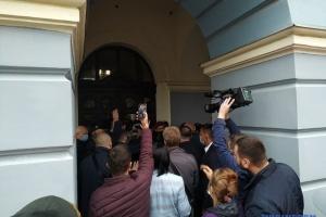 У Чернівцях пікетувальників не пустили на сесію міськради, сталися сутички з поліцією
