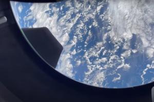 Пілот цивільної місії зняла Землю через ілюмінатор Crew Dragon