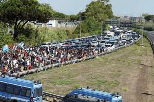 Сотни работников Alitalia заблокировали шоссе к главному аэропорту Рима - бастуют