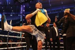 Після перемоги над Джошуа, Усик затанцював гопак із прапором України в руках
