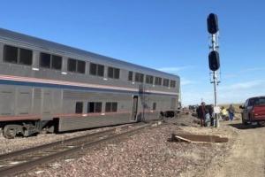 В США поезд сошел с рельсов и перевернул несколько авто - есть погибшие
