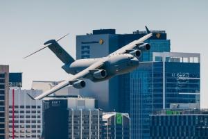 Пощекотал нервы очевидцам: в Австралии самолет пронесся между небоскребами