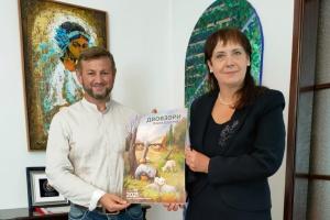 Сумівець передав послу України у Португалії подарунок від українського художника