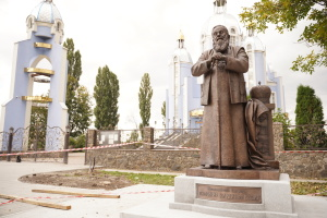 Первый в мире памятник Любомиру Гузару установили в Виннице