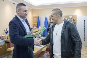 Кличко подарував Усику пояс WBC