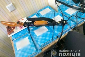 Poltawa: 19-jährige verletzt auf Schulgelände zwei Lehrer mit Armbrust