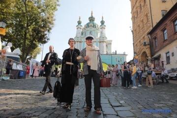 キーウの歴史ある通り「アンドリー坂」でオープンフェスティバル開催