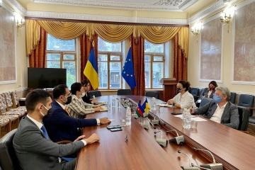 Tkachenko propone fortalecer la cooperación con Azerbaiyán en el campo del cine