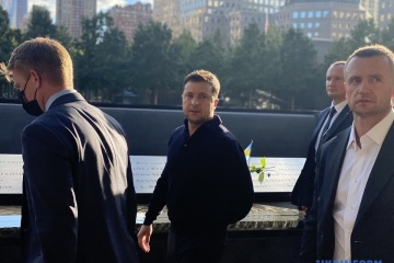 """Selenskyj legt Blumen zur Gedenkstätte """"11. September"""" in New York nieder"""