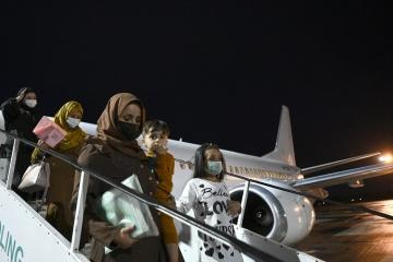 Otro avión con ucranianos evacuados de Afganistán llega a Kyiv