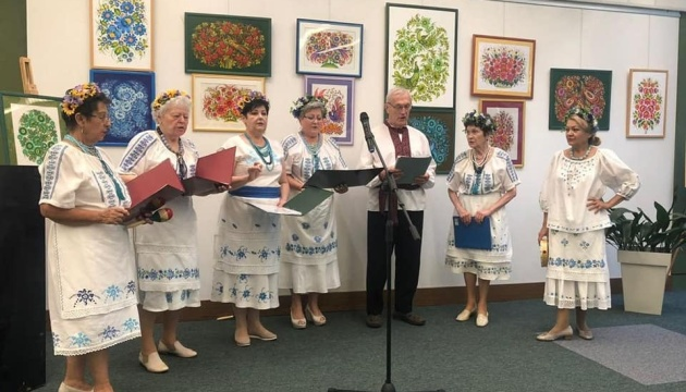В угорському Сеґеді відкрили виставку петриківки та української вишиванки