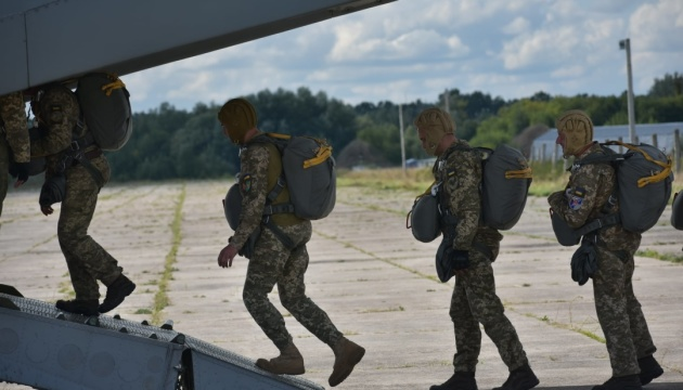 Українські десантники випробовують американські парашутні системи