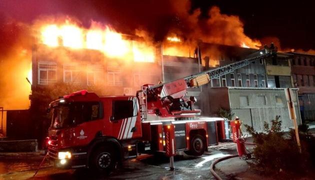 У Стамбулі на «вибухонебезпечному» заводі сталася масштабна пожежа
