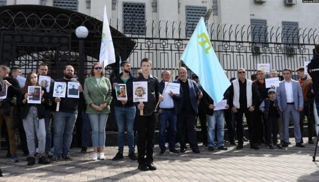 キーウのロシア大使館前でクリミア・タタール人拘束への抗議集会開催