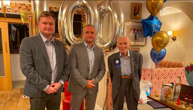 Королева Британії привітала найстаршого члена української громади зі 100-річчям
