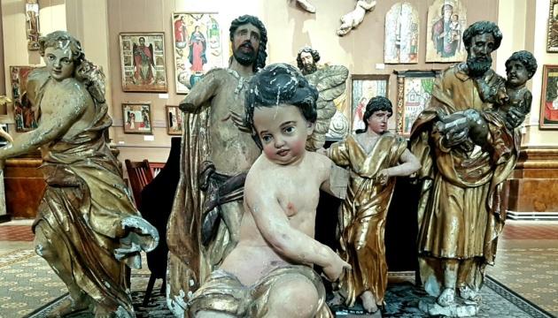 На Прикарпатті відкрили експозицію сакральних скульптур, які потребують реставрації