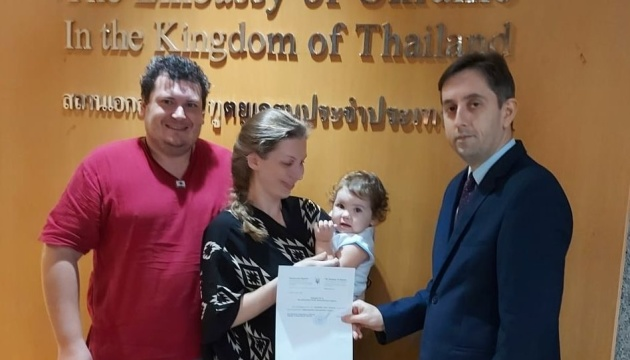 У Таїланді маленька громадянка України отримала свою першу вишиванку