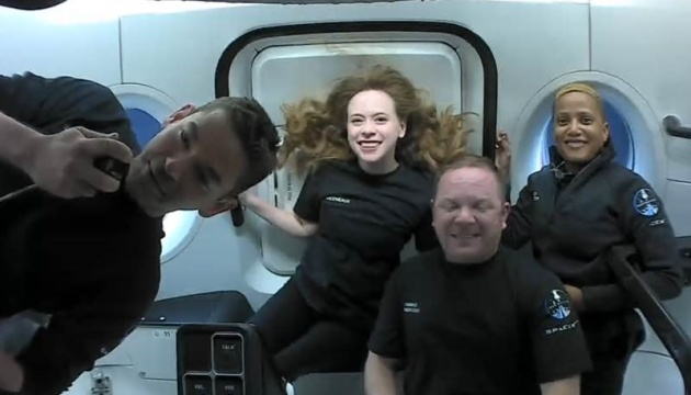 Маск о первом туристическом космическом полете: Экипаж чувствует себя хорошо
