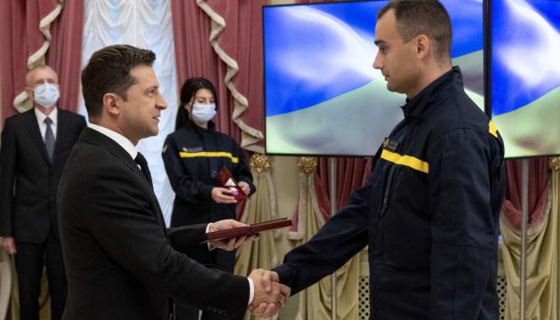 Зеленский наградил лауреатов премии «Герой-спасатель года»