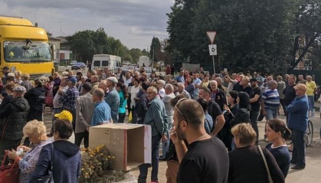 На Николаевщине люди перекрыли трассу Одесса - Новый Буг и требуют ремонта дорог