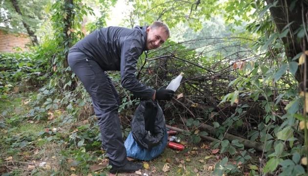 «Большая уборка»: как киевский Гидропарк всем миром от мусора убирали