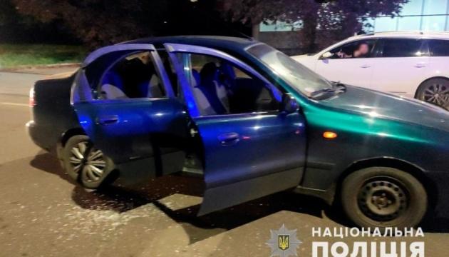 В Черновцах мужчина во время движения стрелял в авто, где находились трое детей
