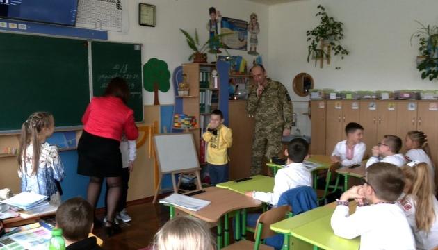 Вернувшись с фронта, военный устроил сыну сюрприз в школе
