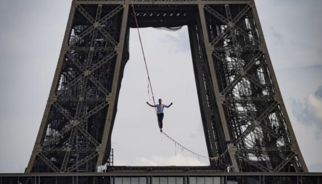 На высоте 70 метров: француз прошелся по канату между Эйфелевой башней и театром Шайо