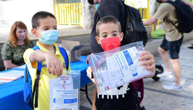 Израильских школьников обязали сдавать COVID-тесты после каникул
