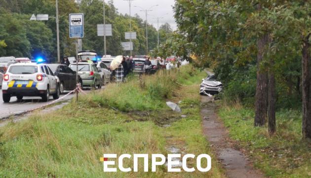 У Києві автомобіль вилетів у кювет і на смерть збив пішохода