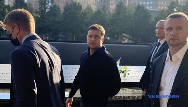 Zelensky deposita flores en el Memorial del 11 de septiembre en Nueva York