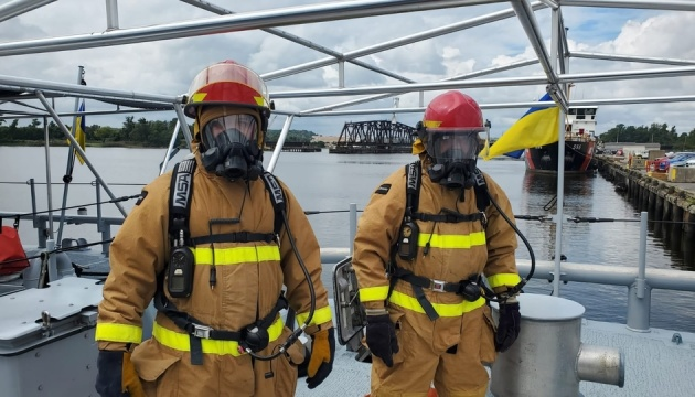 Украинские моряки в США тренировались тушить пожар на катере Island