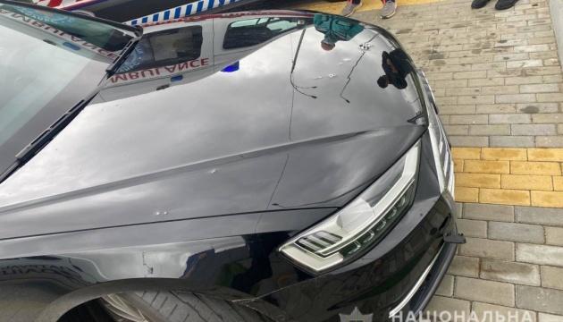 Interior: Diez balas impactan en el coche de Shefir