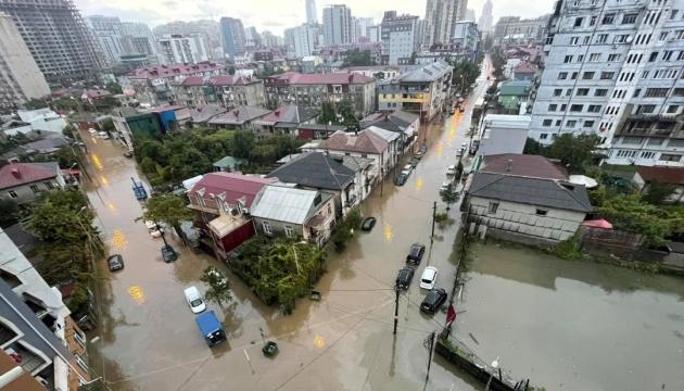 Автівки й перші поверхи у воді: Батумі затопили зливи